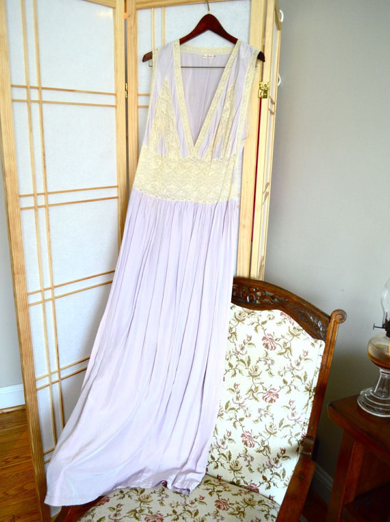 1940s WWII vintage nightgown by Ann's Nightie. lavender and lace.