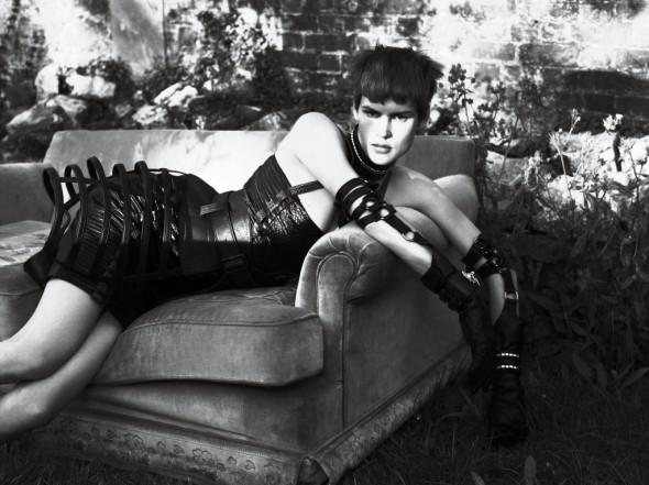 strict-Dress Versace. Panier David Samuel Menkes. Choker and Cuffs Alexander McQueen. Gloves Lacrasia.