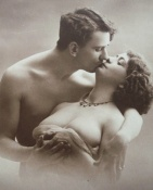 amoureux French postcard kiss