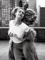 Gigi Hadid looks like Oscar is grabbing her...
