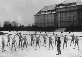 circa 1926: A group of determined men exercising outside in the snow. (Photo by General Photographic Agency/Getty Images)