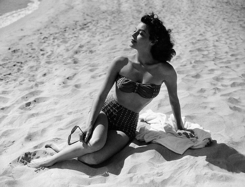 ava-gardner-vintage-beach-1551143297